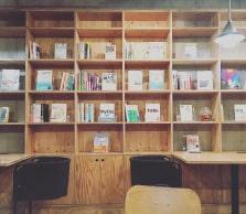 蔵書が並べられた本棚